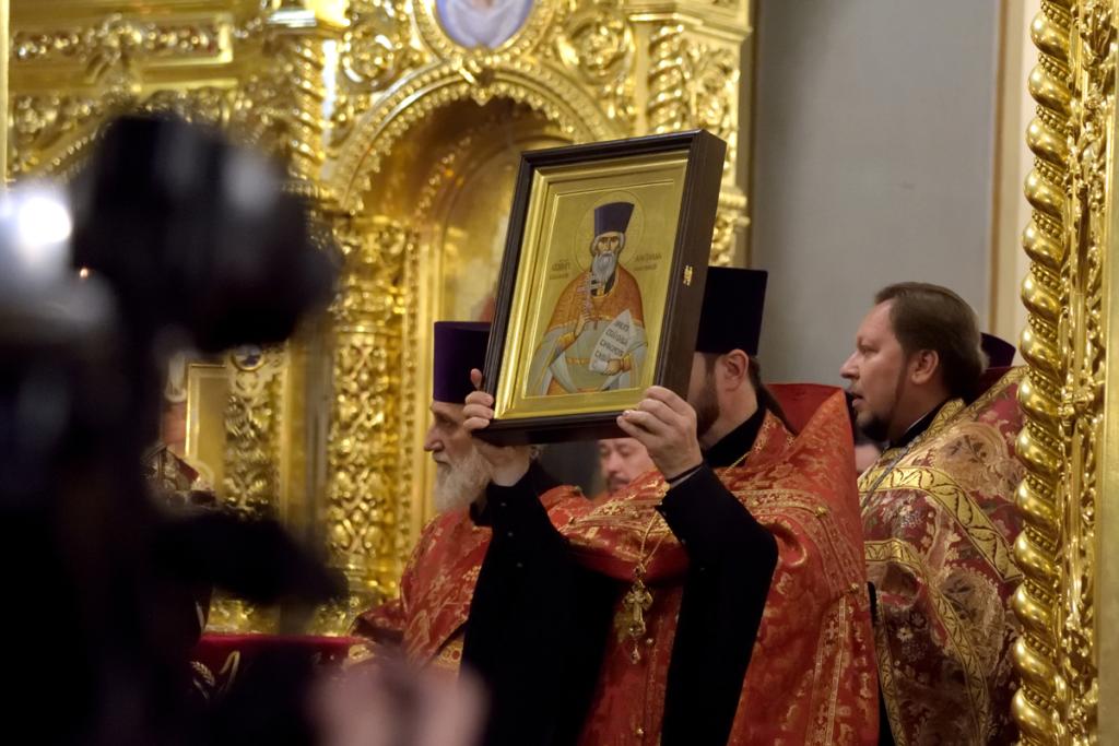 Торжественное изнесение святых мощей священномученика Александра Флегинского духовенством