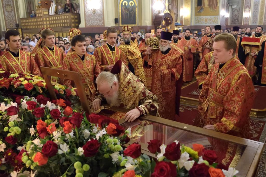 Во время праздничного всенощного бдения. Митрополит Исидор прикладывается к святым мощам новомученика